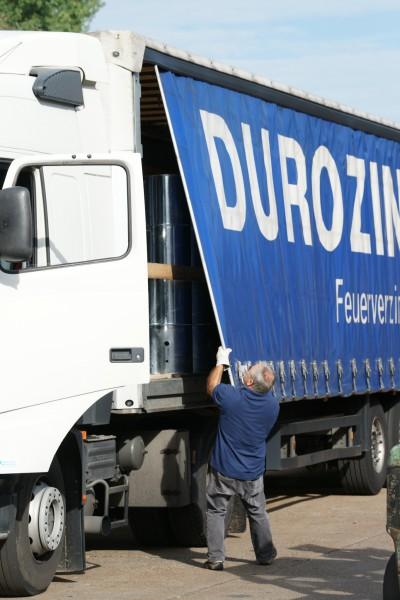 Ressourceneffizienter Materialtransport mit moderner Fahrzeugflotte.