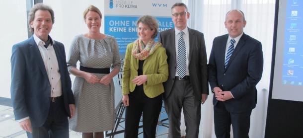 Gutes Klima: Lemke (Mitte) diskutierte im März 2015 mit Wiegel-Gesellschafter Alexander Hofmann (links) auf einer Veranstaltung von Metalle pro Klima.